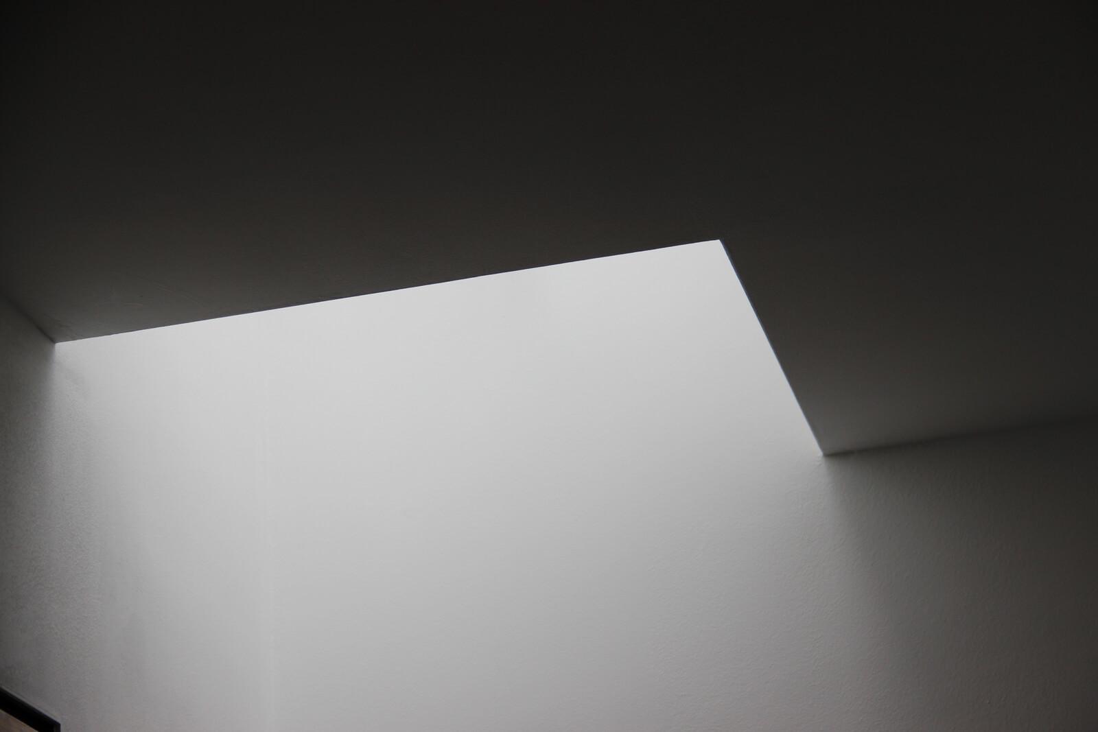 Tageslicht in einem engen und dunklen Gebäude durch eine Lichtstraße