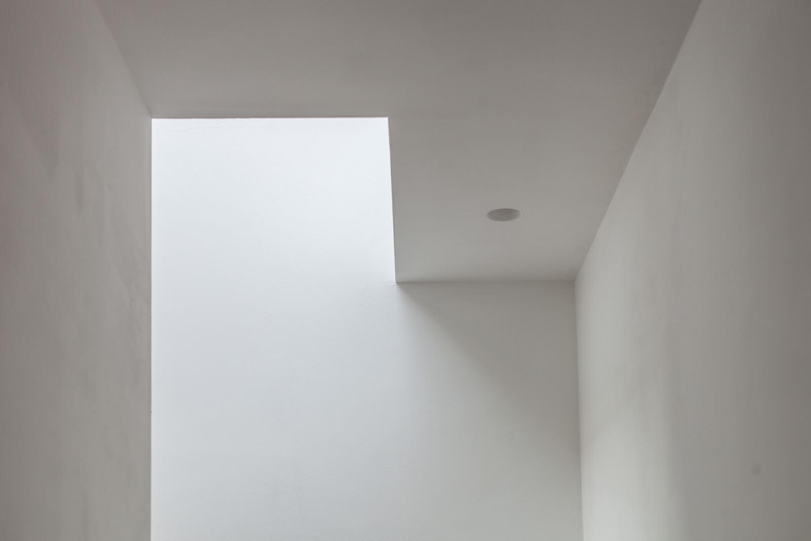 Eine Lichtstraße von Glazing Vision hilft, Tageslicht in das schmale, langgezogene Gebäude zu bringen.