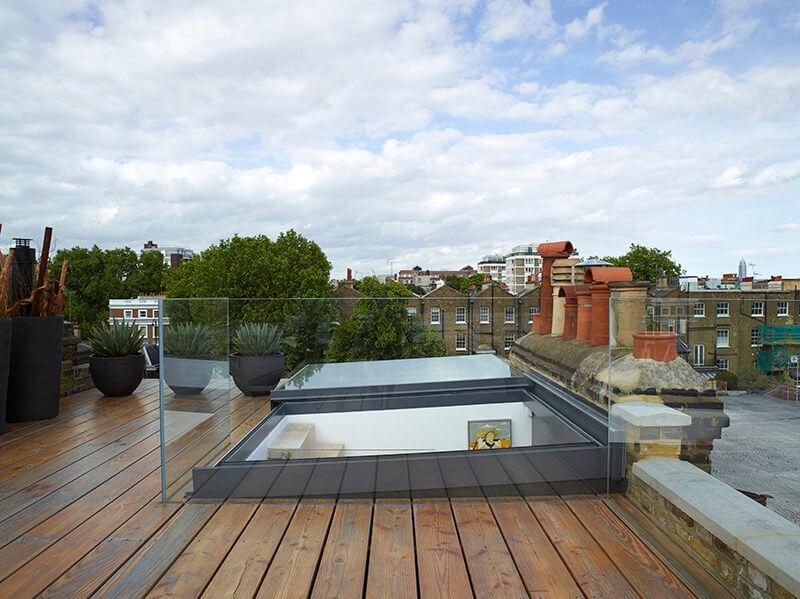 Das Ausstiegfenster 'Sliding over Roof' sorgt dafür, dass die Terrasse zugänglich ist.