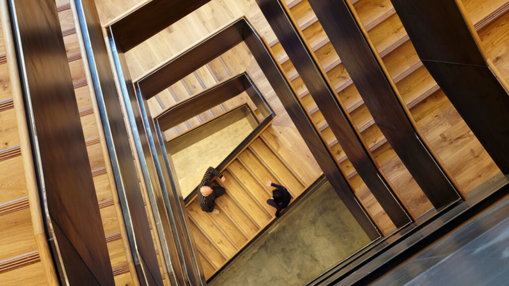 Ein wichtiger Knotenpunkt im Gebäude ist die große Holztreppe