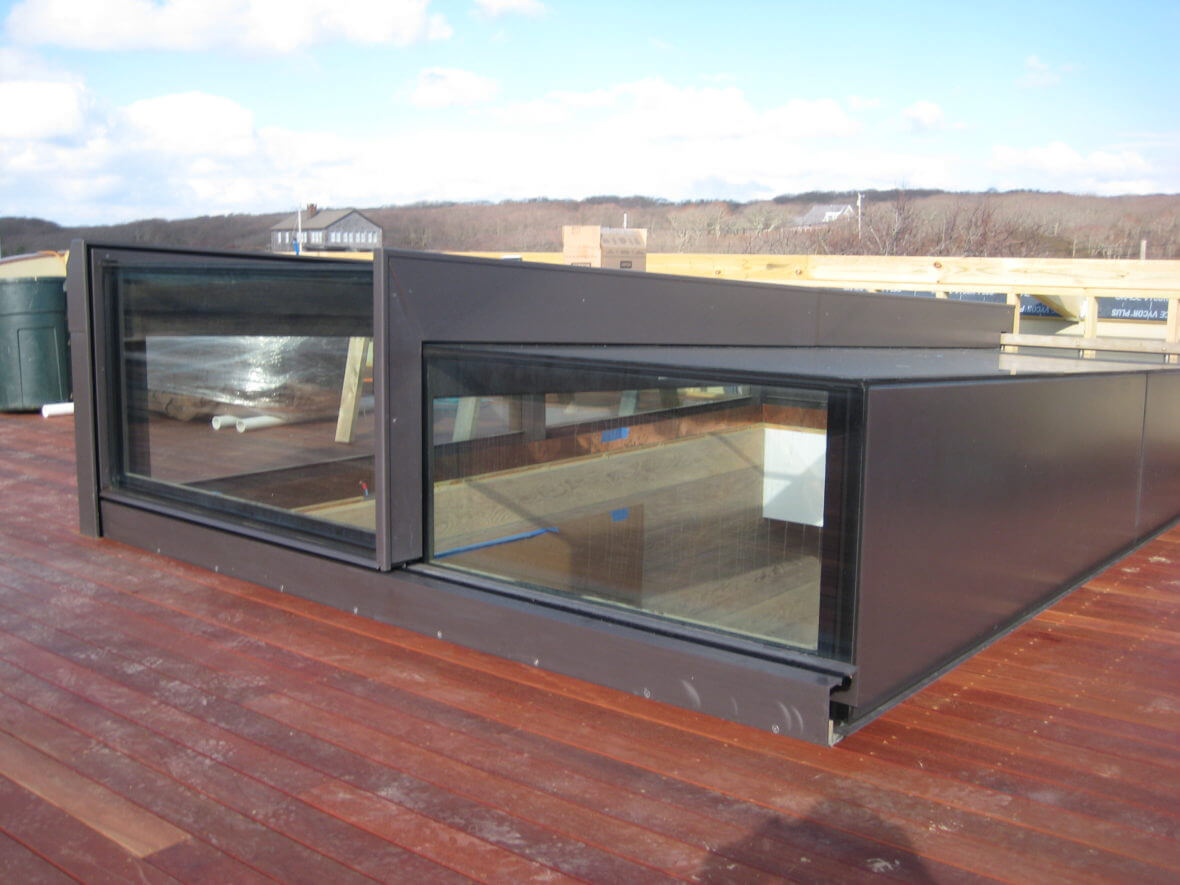 Kundenspezifisches Ausstiegsfenster (Sliding Rooflight) bei der Installation: