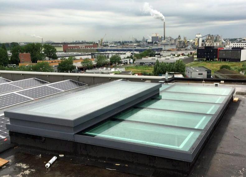 Glasdach mit Zugang zur Dachluke von Skydoor auf dem Superloft Amsterdam